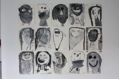 Die Bildinstallation zusammengesetzt aus einzelnen Kohlezeichnungen der Kinder, an einer der Galeriewände.