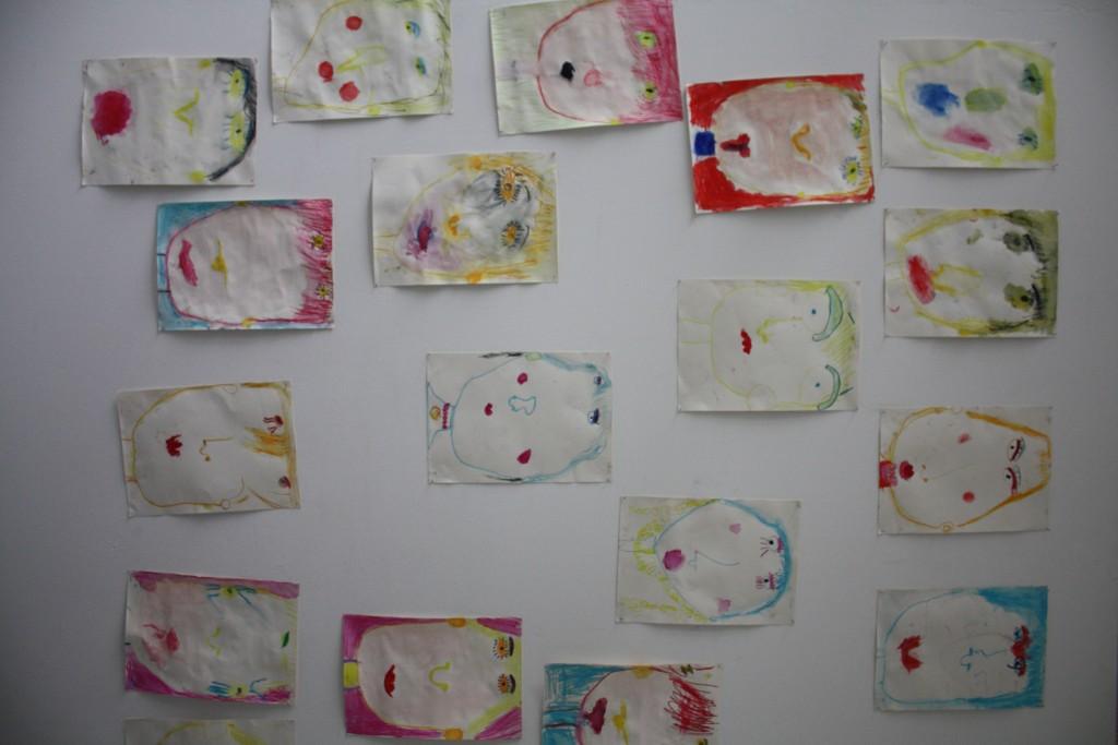 Die Kinder malten auch mit bunten Wasserfarben verschiedene Geischter.