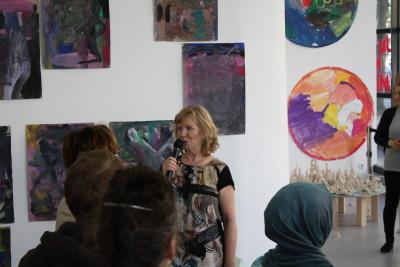 Editha Wrase, Leiterin der KinderKunstWerkstatt, richtet ein paar einführende Worte an die Eltern und Besucher.