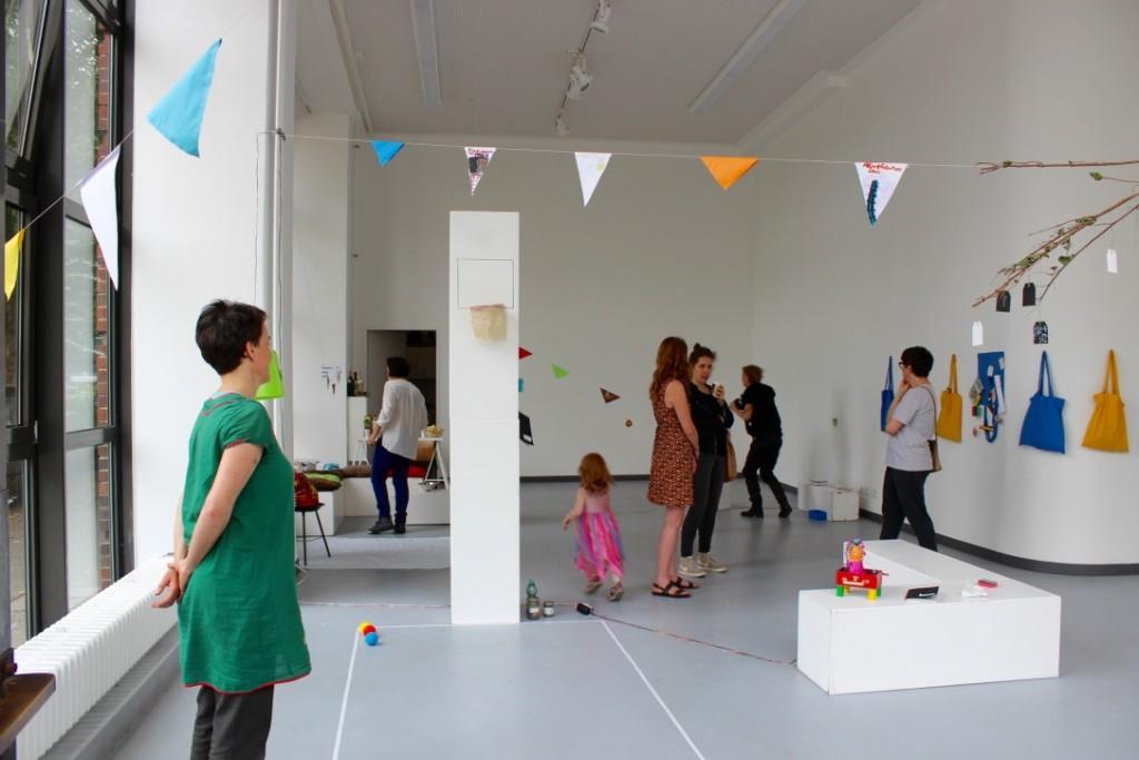 Die Eltern und Besucher schauen sich das Werk der Kinder am Präsentationstag an.