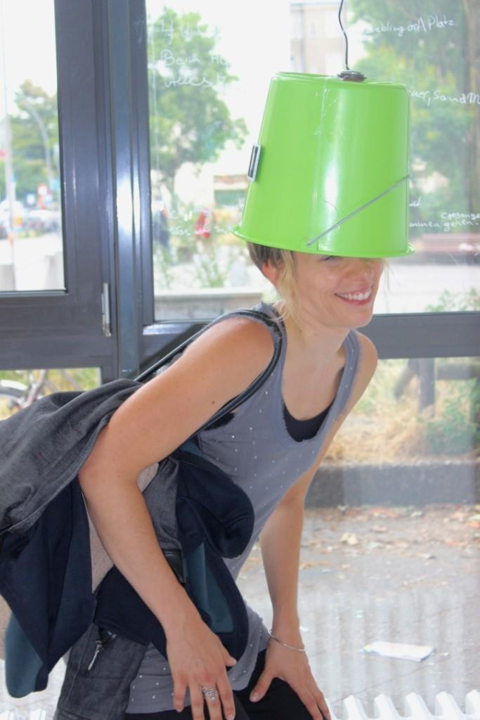 Eine belustigte Besucherin setzte einen grünen Eimer auf ihren Kopf.