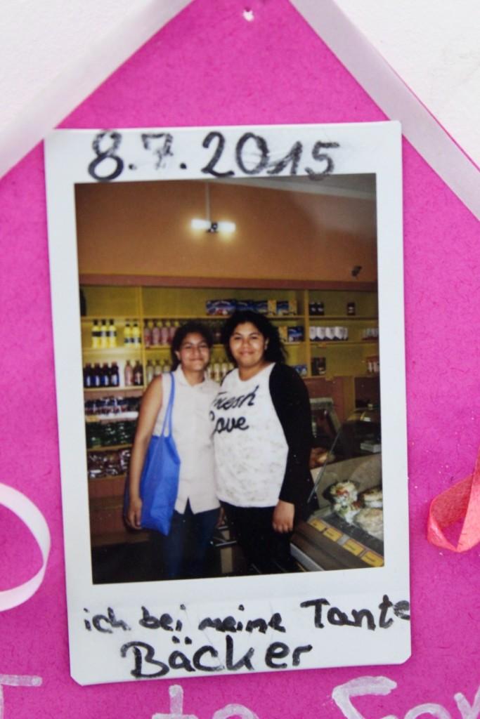 Ein Foto von einem Mädchen mit ihrer Tante wurde mit in die Ausstellung integriert.