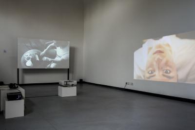 Eine andere Videoinstallation wird auf eine aufgestellte Leinwand projiziert.