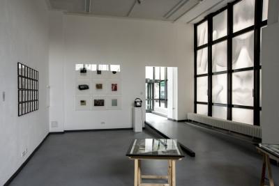 Auf weiteren Galleriewänden sind Foto- und Bildinstallationen angebracht.