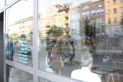 Die Glasfassade der Galerie ermöglicht einen Blick von ausßen auf die Ausstellung und ihre Besucher.