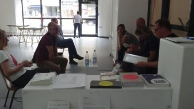 Die Teilnehmer des Stadtspaziergangs treffen auf den Künstler Francis Hunger in den Räumen der Galerie Wedding.