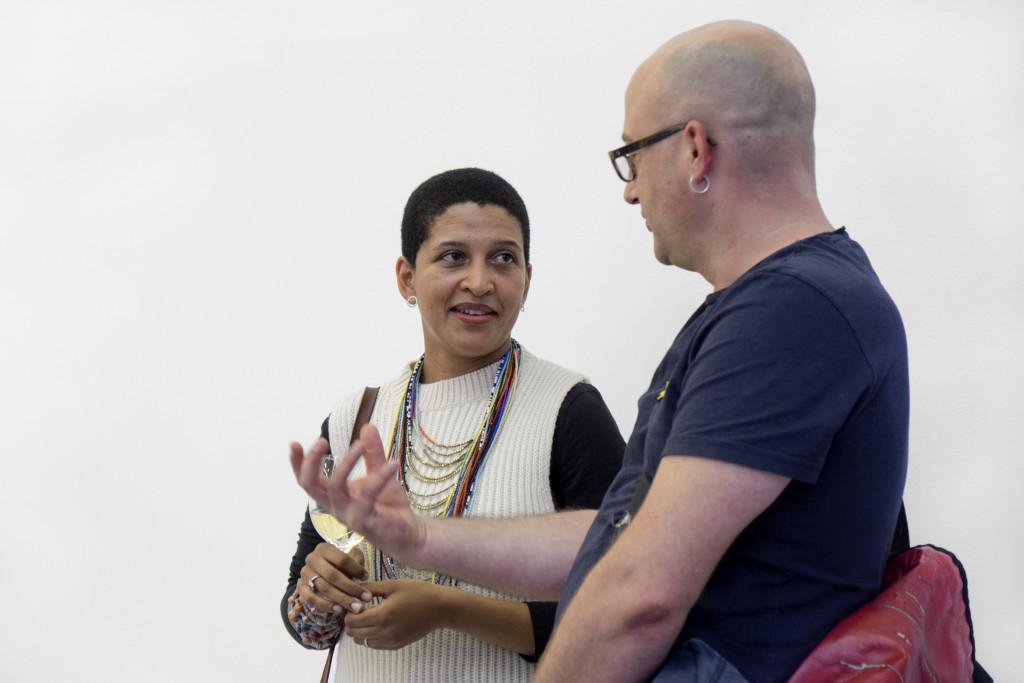 Die Künstlerin Lerato Shadi unterhält sich angeregt mit einem Besucher.