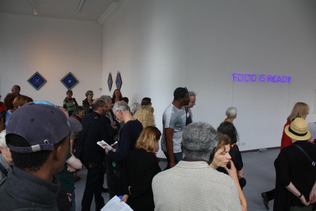 Der Künstler Emeka Ogboh führt die besucher durch seine Ausstellung in der Gallerie Wedding.