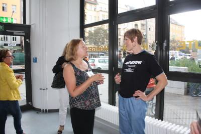 Eine Besucherin ist mit der Kuratorin der Ausstellung in ein Geschpräch vertieft.