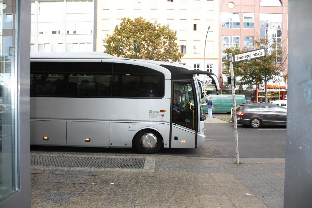 Ein Bus parkt vor der Galerie Wedding.