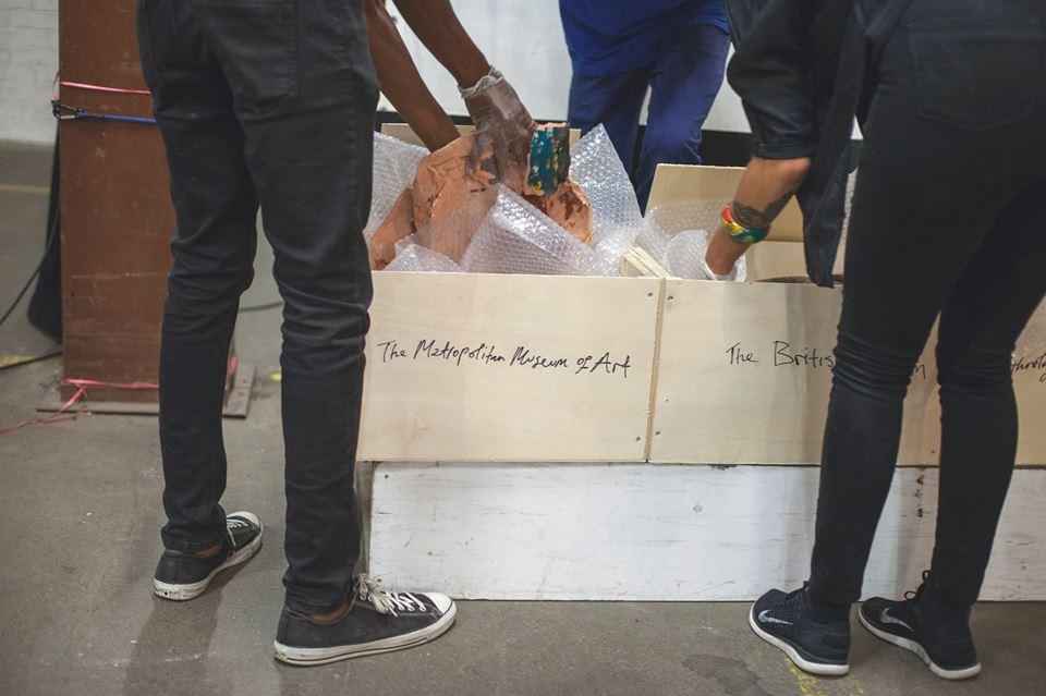Die einzelnen Scherben werden vorsichtig in Polsterfolie und Kisten verpackt, welche die Namen der Museen tragen, in welche die Scherben später verschickt werden. Hier: The Metropolitan Museum of Art unf das British Museum.