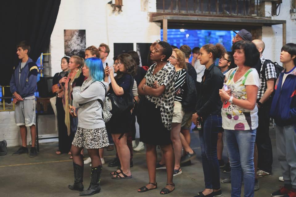 Das Publikum wartet gespannt auf den Akt des Zerbrechens des Tongefäßes.