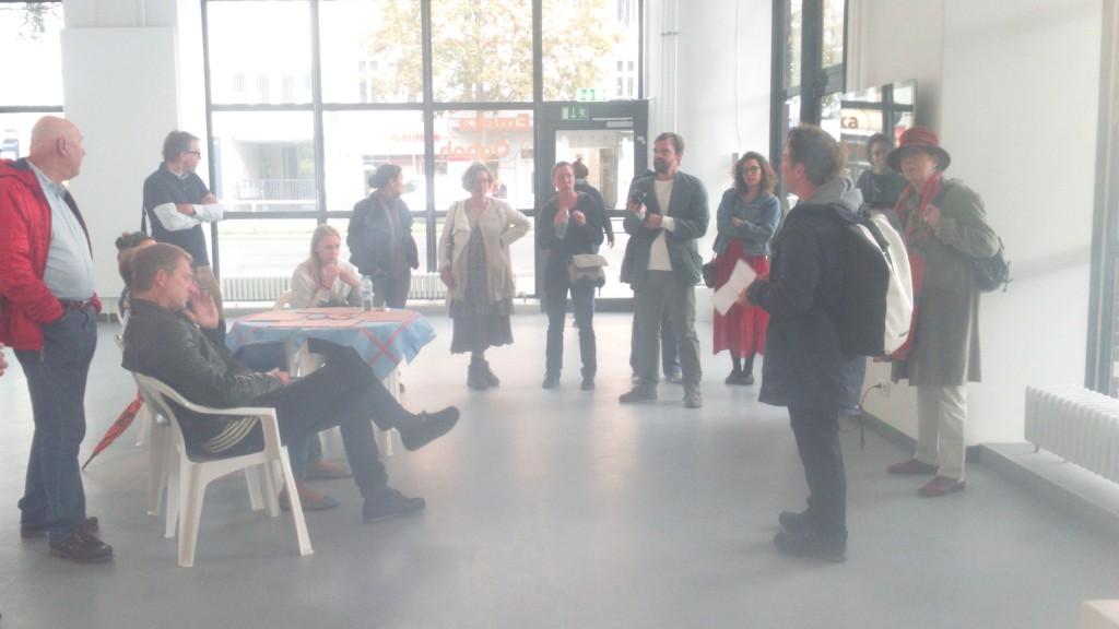 Die Teilnehmer der Stadwanderung versammeln sich in der Galerie Wedding und treffen dort auf den Künstler Heimo Lattner, den Politologen Reinhard Wenzel und den Kurator und Autor Jochen Becker.