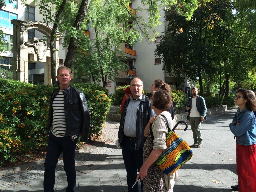 Eine Teilnehmerin unterhält sich mit dem Politologen, während andere andere mit dem Betrachten der Gegend beschäftigt sind.